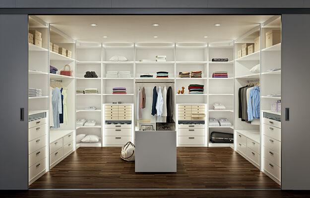garderoba ergonomicznie rozplanowana wiat rezydencji. Black Bedroom Furniture Sets. Home Design Ideas