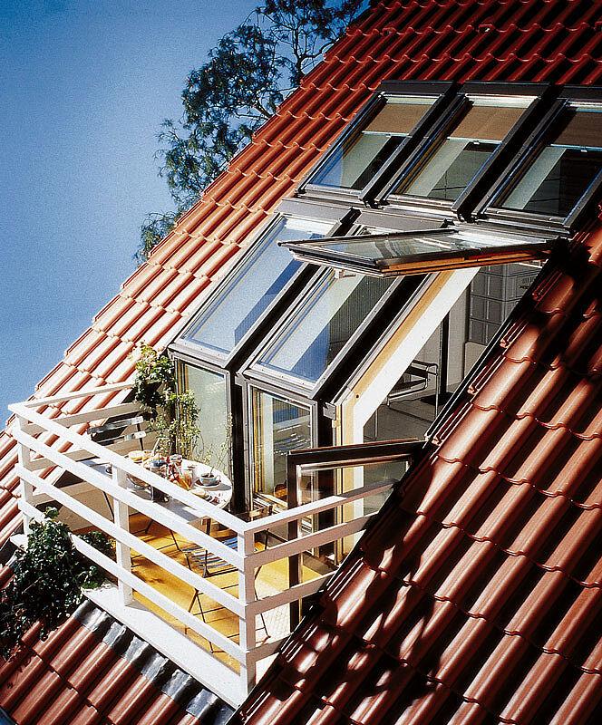 Мансардная крыша с двумя балконами.